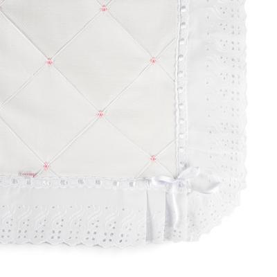 manta-piquet-com-bordado-ingles-branco-e-rosa